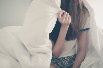 15歲少女被「閨蜜騙進房」多人運動懷孕 制服隆起被抓包