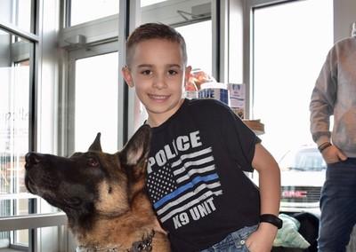 心碎的警官沒有防彈背心穿著9歲男孩成立基金會…成功升起 134 件