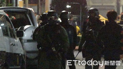 快訊/警停火1hr 國民黨部炸彈客「左手持槍頂腦門、右手拿遙控器」旁邊還有包包