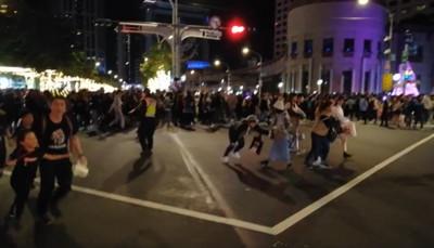 板橋「萬人大逃亡」?耶誕城20萬人散場畫面驚曝 屁孩騎車嗆警遭包圍