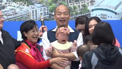 影/韓國瑜又親又抱「2嬰兒都大哭」 醫怒:放過那孩子!還給人家親下去!