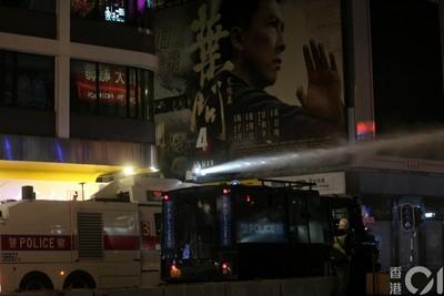 """香港示威者在新年倒計時後高喊""""口號"""",香港警方在彌敦道發射今年首枚催淚瓦斯"""
