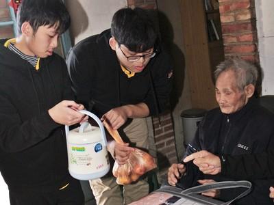 不願長輩吃罐頭、泡麵 學子自組溫馨廚房志工隊助獨居老人