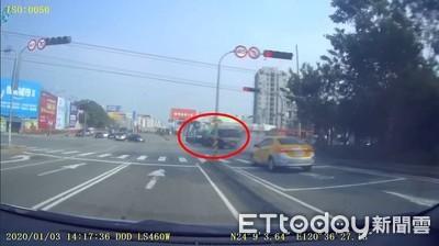 狂飆65秒驚悚畫面曝!台中拖板車「連闖2紅燈」猛撞貨車...1男1女命危