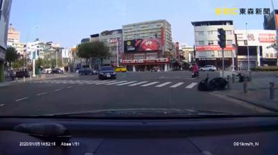 高雄轎車「鬼切」快車道右轉!騎士慘被撞飛20公尺 畫面曝光網戰翻
