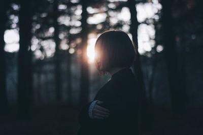 讓人睡不好、長期低潮的「孤單病」 4種做法對抗孤獨感