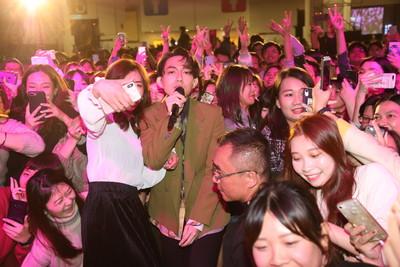 林宥嘉「回娘家」唱尾牙 ... 走下台嗨玩自拍!狂撒7位數紅包慰勞員工
