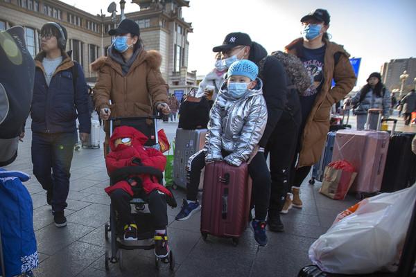 ▲▼中國武漢發生的新型冠狀病毒肺炎疫情持續擴大,民眾戴上口罩防範。(圖/達志影像/美聯社)