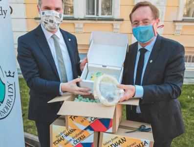 呼吸器送到了!布拉格市長再挺台灣「救了生命」 痛批WHO不聽勸告