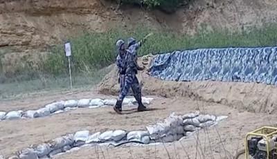 影/解放軍新兵手榴彈「丟到牆反彈」 爆炸前「0.1秒」被教官拉走