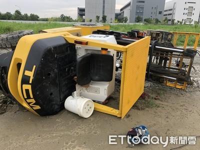 快訊/台南工地堆高機翻覆!數噸重車體壓傷駕駛 昏迷送醫生命垂危