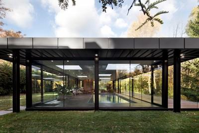 360度玻璃窗的泳池屋 大師Philip Johnson的致敬之作