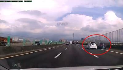 撞擊畫面曝!三寶國道橫向鬼切3車道 賓士怒擠回去撞護欄…網驚:遇到對手了齁