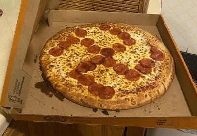 把披薩臘腸擺成「卍」字符號!惡作劇店員慘遭開除