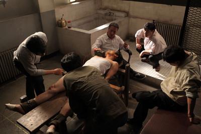 強壓頭浸水、殘酷電刑!韓警拷問22天實況電影全拍出來