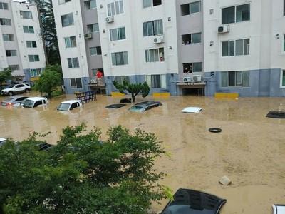 「暴雨炸彈」狂轟南韓!水灌公寓滅頂轎車 災民搭救生艇逃難...2人死亡