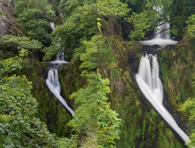 6歲女童從30公尺高瀑布墜落 管理單位回應:勿在水中游泳和洗澡