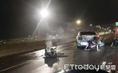 台北華江橋轎車自撞!「引擎噴飛」車頭撞掉一整塊 女乘客緊急送醫