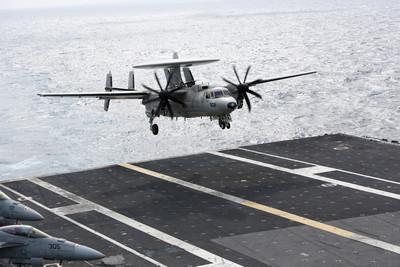 美E-2C預警機降落失敗…擦撞「超級大黃蜂」戰機 上面還掛著導彈