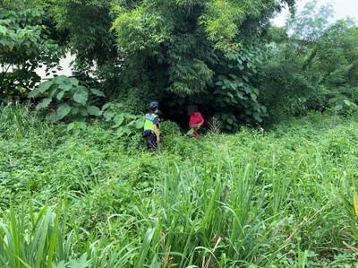 她滿身淤泥倒臥竹林草叢被警尋獲 脫水眼神呆滯驚恐
