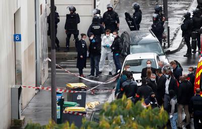 巴黎驚傳「持刀砍人」4人中刀 就發生在《查理周刊》恐攻原址
