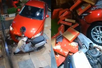 前一天才來買蛋黃酥!女駕駛開車撞爛月餅店 店員嚇傻大哭