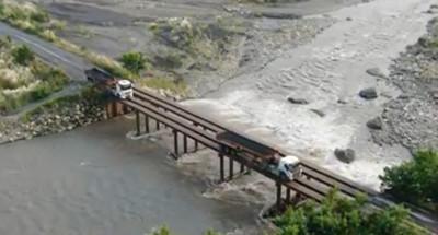 砂石車大神「20秒不停」對準簍空2軌過溪!網空拍腿軟:集集奈何橋