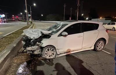 台中深夜車禍2傷!機車撞成廢鐵、轎車漏油 騎士重傷急救中