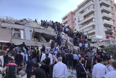 快訊/驚悚搖晃畫面曝!「7.0強震」土耳其死傷再增 房屋秒變殘骸