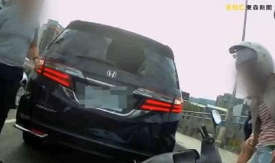 女騎士猛撞汽車!頭部強擊「擋風玻璃破大洞」 神力安全帽救一命