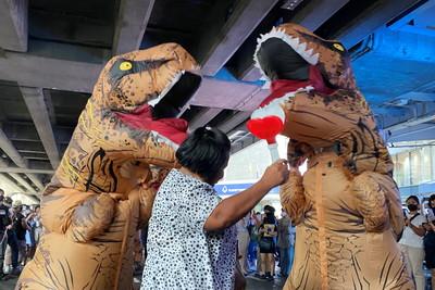 泰國學運「壞學生」穿恐龍裝示威 暗諷當權者食古不化