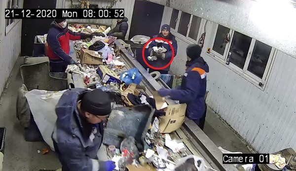 貓咪差點被垃圾處理機輾過。(圖/翻攝自ООО «Горкомхоз»)