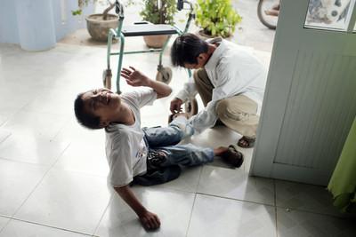 越戰極毒「橙劑」禍害40年!15萬越南娃身體扭曲變形 美砸1.83億美金「除毒」