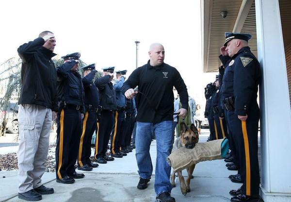 退役9歲警犬重病需「安樂死」 警員致敬送最後一程